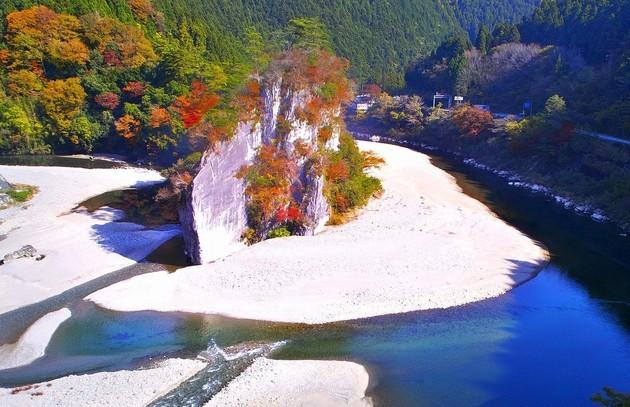 愛媛県久万高原町 御三戸獄「軍艦岩」